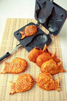 Doces japoneses - Taiyaki fabricante // panquecas que parecem peixinhos! / Japanese sweets - Taiyaki maker // pancakes that look like little fish! Japanese Sweets, Japanese Food, Japanese Pancake, Cute Food, Good Food, Yummy Food, Pancake Pan, Pancake Maker, Cool Kitchen Gadgets