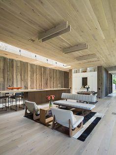 Elegante Sitzecke aus Holz in großem Wohn und Esszimmer