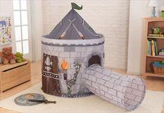 KIDKRAFT Slott Telt 'Castle Tent With Tunnel - Grey' Grå. Det er så gøy å late som du er på jakt etter skatten, sparer en jomfru i nød eller gjemmer seg fra farlige fiender. Med dette Slott Teltet med Tunnel fra Kidkraft, kan unge riddere/gutter og jenter gå på alle slags morsomme opplevelser uten å forlate huset. Kr 799