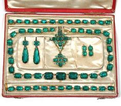 Miss Elizabeth Armistead was given an emerald parure by her father as a wedding fit. Georgian Emerald Paste Parure: ca. Colombian paste and gold in a rivière setting. Royal Jewelry, Body Jewelry, Jewelry Sets, Fine Jewelry, Bullet Jewelry, Geek Jewelry, Victorian Jewelry, Antique Jewelry, Vintage Jewelry
