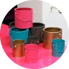 D'anciens pots de peinture repeints en guise de rangement... Bonne idée de détournement