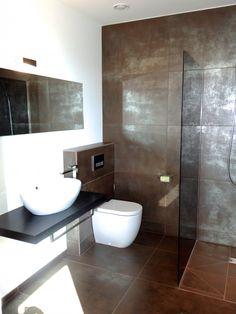 Modernes Bad mit braun-silbernen Fliesen und ebenerdiger Dusche