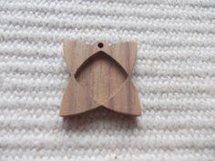 Neliönomuotoinen täytettävä korupohja,puutyö, puuesine, puukoru, puutuote, puutyö, puutarvike, korupohja, kapussipohja, täytettävä korupohja riipus, korupohja koruharsitöihin, puinen korupohja, puinen harrastustarvike, askartelutarvike, ripuspohja.  Koko:2.5 cm x 2.5 cm    https://www.etsy.com/listing/220205391/1pc-unfinished-curved-square-shaped?ref=related-2