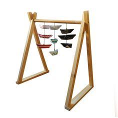 Giostrina per bambini in legno di abete e barchette di carta.