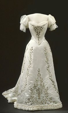 1906 Evening dress worn by Queen Victoria of Sweden (Royal Armoury, Skokloster Castle and The Hallwyl Museum - Stockholm Sweden) | Grand Lad...