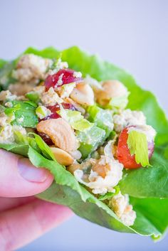 10 Minute Curried Chickpea Tofu Lettuce Wraps - These healthy and delicious lettuce wraps are perfect for a quick and easy no cook meal! Enjoy them for lunch or dinner! Healthy Vegetarian Meal Plan, Healthy Muffin Recipes, Healthy Chicken Dinner, Vegetarian Recipes, Vegan Vegetarian, Paleo, Vegan Dinner Recipes, Vegan Dinners, Vegetarische Rezepte