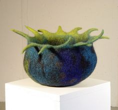 blue green felt bowl with tentacle edge Nuno Felting, Needle Felting, Felt Fish, Fibre And Fabric, Textile Fiber Art, Wool Art, Yarn Bowl, Felt Hearts, Fabric Art