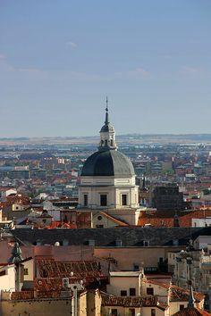Cúpula de la Colegiata de San Isidro sobre los tejados de Madrid España