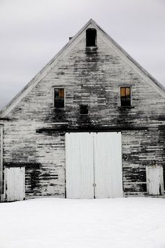 I kind of have an obsession with old barns. I would love to by an old barn and make it a year round house. Country Life, Country Living, Country Barns, Tiny House, Patio Pergola, Backyard, White Barn, Black White, Snow White