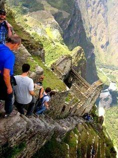 Bajando por el Huayna Pichu, a lo lejos se observa la ciudadela de Machu Pichu