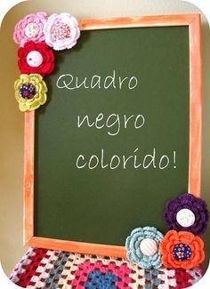 Lousa para escrever com giz (não acompanha) decorada com flores de crochê e botões forrados.  Pode decorar desde a cozinha até o quarto das crianças. R$40,00