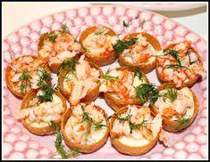 Krustader med mjukost och kräftstjärtar – Linda´s Goda Party Food And Drinks, Good Enough To Eat, Canapes, Bruschetta, Potato Salad, Tapas, Cauliflower, Seafood, Goodies