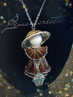 Lightweight doll necklace created with coffee capsule. Dosette Nespresso, Handmade Necklaces, Handmade Jewelry, Aluminum Can Crafts, Free To Use Images, Coffee Pods, Bottle Art, Wire Jewelry, Jewelry Making