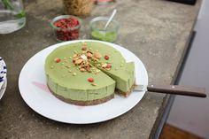 Una Cheesecake al matcha raw! Non ha bisogno di nessun tipo di cottura ed è super healthy e energetica. Provare (anche due fette) per credere.