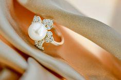 Inel realizat din argint placat cu aur alb de 14 karate, ornamentat cu perlă mabe și zirconia, piatră de sinteză.  Cod produs: CI9811 Greutate: 6.8 gr. Lungime: 2.00 cm Lățime: 2.00 cm Circumferință inel: 57 mm Aur, Lapis Lazuli, Karate, Topaz, Wedding Rings, Engagement Rings, Jewelry, Enagement Rings, Jewlery