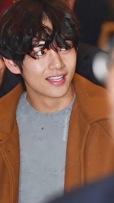 Gimpo International Airport V / Kim Taehyung / boyfriend Tae lockscreen / wallpaper. Jimin, Bts Bangtan Boy, K Pop, Seokjin, Kim Taehyung, Bts Lockscreen, Bulletproof Boy Scouts, International Airport, Pop Group