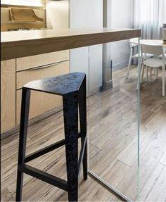 Барный стол со стеклянными стенами-опорами