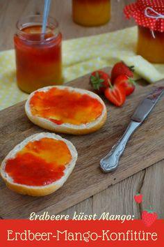 Rezept für Erdbeer-Mango-Konfitüre: Diese leckere Konfitüre enthält zwei verschiedene Lieblings-Früchte zu einem köstlichen Duo. Die Konfitüre wird in zwei Schichten eingefüllt für die zweifarbige Optik.