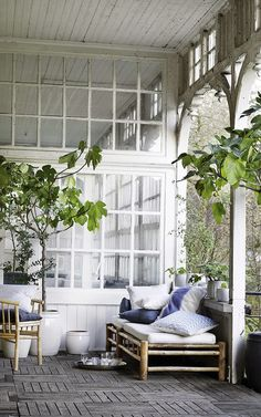 cosy outdoor / jolie terrasse i like how part of it is glassed in and the other part is open porch Outdoor Rooms, Outdoor Living, Outdoor Decor, Outdoor Paint, Outdoor Sofa, Indoor Outdoor, Small Woodworking Projects, Dream Decor, Wabi Sabi