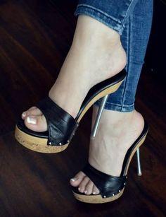 women feet sandals high heels no straps Hot High Heels, Platform High Heels, High Heel Boots, Gorgeous Heels, Sexy Toes, Women's Feet, Stiletto Heels, Heeled Clogs Sandals, Heeled Mules