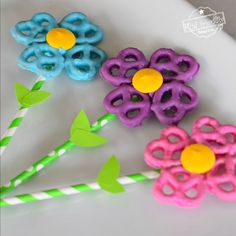 Make these easy and adorable flower chocolate covered pretzel recipe for Mother's Day, Garden Parties or a fun spring treat idea!