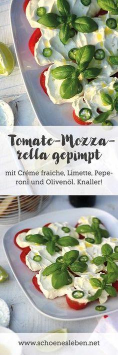 Tomate-Mozzarella gepimpt mit Créme fraiche, Limette, Peperoni und Olivenöl ist ein fixer Lunch oder tolle Beilage zum Grillen. #Tomate #Mozzarella #Tomatemozzarella #Salat #Grillen