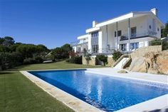 6 Bedroom holiday villa rental in Sotogrande (Valderrama)    Contemporary villa with private pool and garden and stunning lake and sea views in a tranquil location within minutes of many world class golf courses. Below you will see some photos, prices, a calendar and a description of the property.