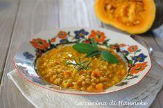 In questi giorni fa particolarmente freddo e allora niente di meglio di una calda minestra di farro e zucca profumata agli aromi!
