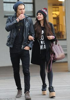 Vanessa Hudgens Links Arms with Austin Butler in the Big Apple!: Photo Vanessa Hudgens links arms with her beau Austin Butler as they head out in the chilly weather on Monday (November in New York City. Estilo Vanessa Hudgens, Vanessa Hudgens Style, Star Fashion, Boho Fashion, Street Fashion, Fall Fashion, Spice Girls, Vanessa Hudgens And Austin Butler, The Carrie Diaries