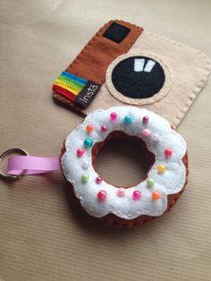 IMG_6783 Crochet Wreath, Diy Crochet, Crochet Flowers, Diy Finger Knitting, Tutu Decorations, Bow Garland, Roving Yarn, Felt Kids, Diy Clutch