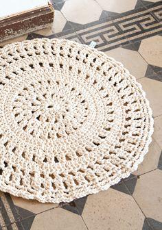Virkattu pitsimatto by Molla Mills SK Crochet Round, Knit Crochet, Crochet Home Decor, Round Rugs, Diy Dollhouse, Handicraft, Rugs On Carpet, Crochet Projects, Arts And Crafts