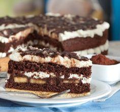 Leckere Biskuitböden mit Schokocreme und Sahnefüllung, kombiniert mit Bananenscheiben – diese Torte ist sicher eine Sünde wert.