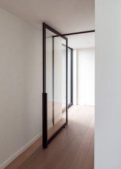"""Pivoterende deur """"steel look"""" met nieuwe DG.10 handgreep Partition Door, Pivot Doors, Arched Doors, Entrance Doors, Minimalist Architecture, Interior Architecture, Door Design, House Design, Modern Tropical House"""