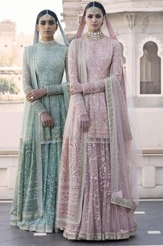 I just found out amazing Bridal Sabyasachi Lehenga Prices from his 2019 and 2018 collection. Check out 29 lehenga prices and gorgeous real bride pictures. Indian Bridal Outfits, Indian Fashion Dresses, Dress Indian Style, Indian Designer Outfits, Indian Gowns, India Fashion, Emo Fashion, Fashion 2017, London Fashion