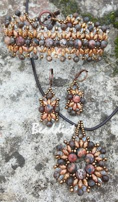 Jasper and obsidian with superduo beads. Bracelet, pendant and earrings beaded by Beaddict. Original bracelet pattern Eridhan Creations.