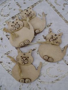 what a lovely idea Pottery Animals, Ceramic Animals, Clay Animals, Clay Art Projects, Ceramics Projects, Ceramic Clay, Ceramic Pottery, Animal Gato, Clay Cats