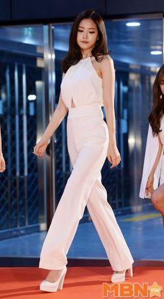 Shrink your URLs and get paid! Diana Fashion, Girl Fashion, Fashion Outfits, Stage Outfits, Kpop Outfits, Apink Naeun, Jennie Blackpink, Color Rosa, Korean Actresses