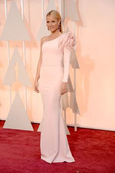Gwyneth Paltrow opted for a one-shouldered custom dress by Ralph & Russo Couture, completing her look with jaw-dropping pink jewel earrings and Charlotte Olympia heels on the Oscars 2015 Red Carpet. Gwyneth Paltrow, Celebrity Dresses, Celebrity Style, Celebrity Gossip, Nice Dresses, Formal Dresses, Wedding Dresses, Dresses 2016, Vestidos Oscar