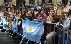 27/7 - Fiéis da Argentina aguardam o Papa Francisco na porta do Theatro Municipal