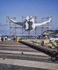 JR cria instalações artísticas em diferentes locais do Rio de Janeiro,Primeira instalação de JR feita com a nova técnica de andaimes e tecido impresso. Image © JR, via Facebook do artista