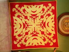 Tutorial: A Hawaiian quilt is one of Hawaii's cherished heirlooms, passed down through generations of families to tell the story of the quilter, the designer, and th Hawaiian Quilt Patterns, Hawaiian Pattern, Hawaiian Quilts, Hand Applique, Applique Patterns, Applique Quilts, Longarm Quilting, Quilting Projects, Quilting Designs
