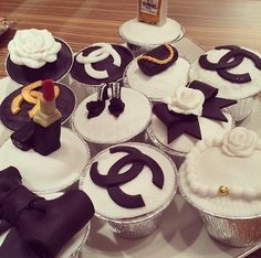 Chanel and Fashion Cupcakes Cupcakes Chanel, Fancy Cupcakes, Baking Cupcakes, Cupcake Cookies, Birthday Cupcakes, Fashion Cupcakes, 50th Cake, Pastry Design, Eat Pretty