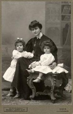 Alma mit ihren Töchtern Maria und Anna, Wien 1906