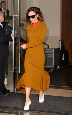 Victoria Beckham Has a Pair of New Shoes She'll Be Wearing For a While Victoria Beckham Outfits, Victoria Beckham Stil, Fashion Images, I Love Fashion, Fashion Pictures, Autumn Fashion, Fashion Looks, Selena Gomez Outfits, Red Carpet Dresses