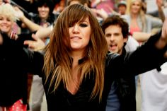 Kelly Clarkson Leads a Flash Mob in 'Stronger (What Doesn't Kill ...