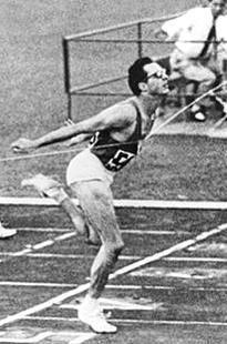 Livio Berruti | Livio Berruti nasce a Torino il 19 maggio 1939. Si avvicina all ... OS guld 200 meter 1960 Rom. Italian Man, World Athletics, Martial Arts Training, Vintage Sport, Sport 2, Torino, Sports Art, Calisthenics, Track And Field