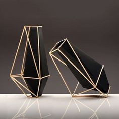 Martin Azua's beautifully geometric Union Suiza vases? Awesomely angular and multi-faceted, these gorgeous vases are works of art with or without flowers. The post Union Suiza Vases By Martin Azua appeared first on Dekoration. Keramik Vase, 3d Laser, 3d Prints, Paperclay, Diy Décoration, Design Furniture, Home Interior, Interior Design, Industrial Design