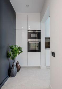 Modern lakberendezés új építésű kis lakásban - 39m2-es keskeny egyszobás tér ügyes kialakítása - zónák, funkcionalitás Kitchen Interior, House Colors, Condo, Sweet Home, Kitchen Cabinets, Colours, Modern, Furniture, Design