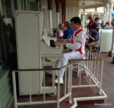 One of my favorite things about Disney World...Jim the Piano Man.  Glad he is back where he belongs.