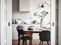 Home tour: Kontor i stuen og varme farver på væggene   Kreavilla